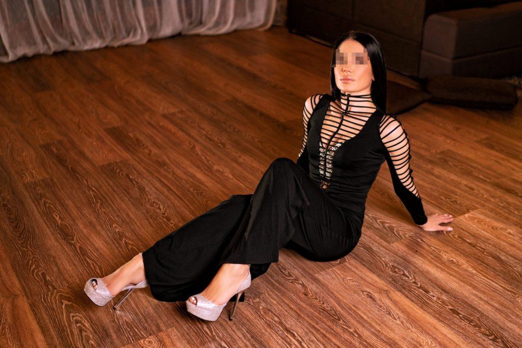 Девочка Химок лежит на полу и ждет член
